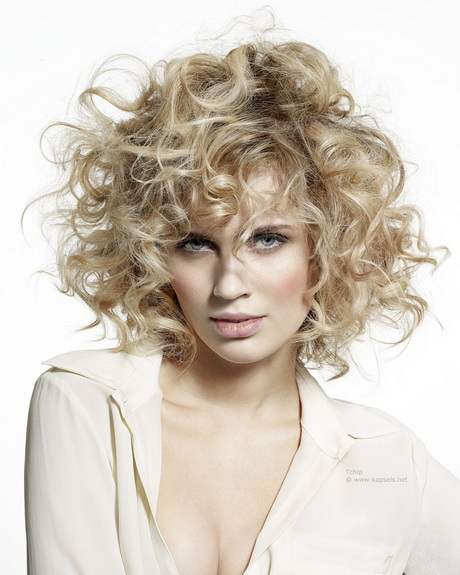 Vorige middot; Halflang kapsel met grote blonde krullen