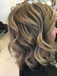 Kort Blond Haar Met Lowlights